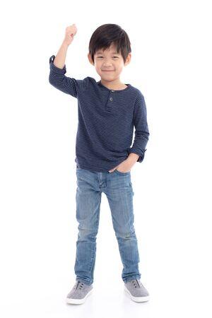 Bambino asiatico sveglio che mostra il segno del vincitore su fondo bianco isolato