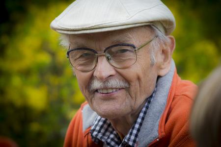 vejez feliz: Perfil Primer en un Sonriendo anciano con una barba gris.