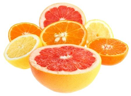 toronja: Fresco naranja, pomelo, lim�n y Mandarina sobre un fondo blanco. Foto de archivo