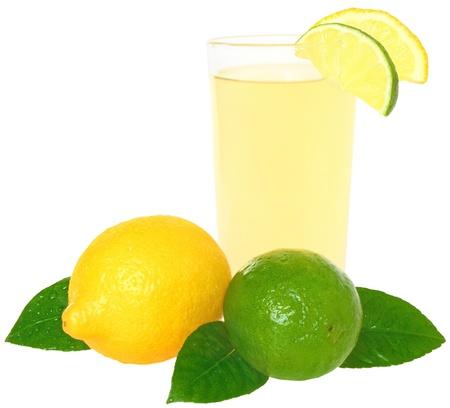 jus de citron: Verre de jus de citron sur un fond blanc.