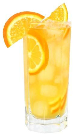 jus orange glazen: Cocktail met ijsblokjes op witte achtergrond.