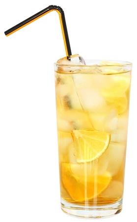 limonada: C�ctel con cubos de hielo sobre fondo blanco.