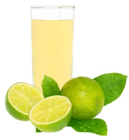 limonada: Vidrio de un zumo de lim�n sobre un fondo blanco.