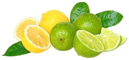 Limas y limones frescos sobre un fondo blanco.