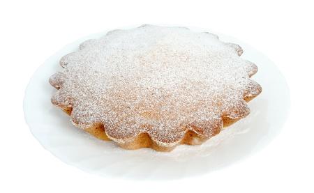 Pezzo di una torta su uno sfondo bianco.
