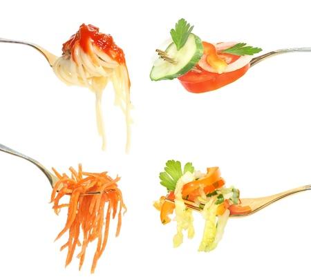 macarrones: Comida en un tenedor sobre un fondo blanco.
