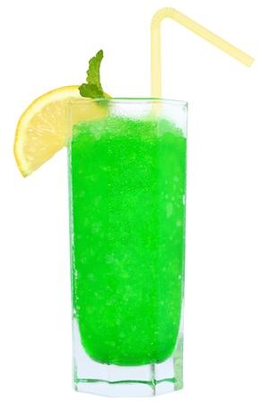 ice crushed: Cocktail met crushed ijs op een witte achtergrond.