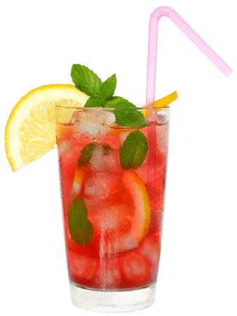 cocktail de fruits: Verre � cocktail de fruits et de feuilles de menthe isol� sur fond blanc Banque d'images
