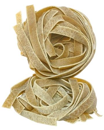 semolina paste: Semola di grano duro con spinaci vicino su uno sfondo bianco. Archivio Fotografico