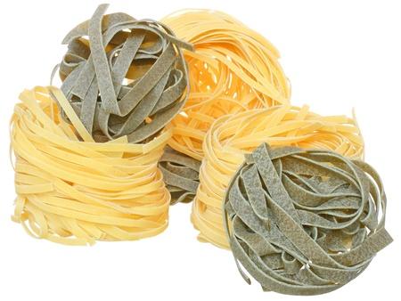 semolina paste: Semola di grano duro pasta con spinaci su uno sfondo bianco.