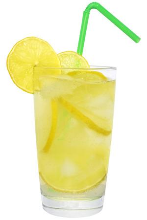 lemonade: Limonada con cubos de hielo sobre fondo blanco.