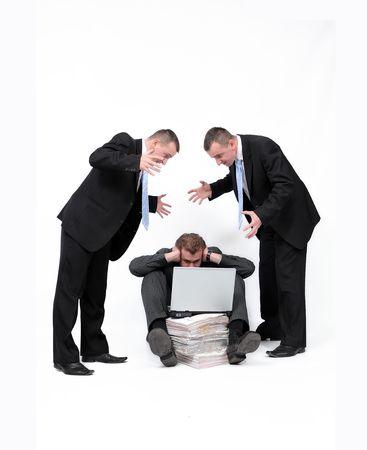 Geschäftsmann schreien am Menschen Plätze auf dem Boden mit tragbaren Computer für einen Heap von Dokumenten.