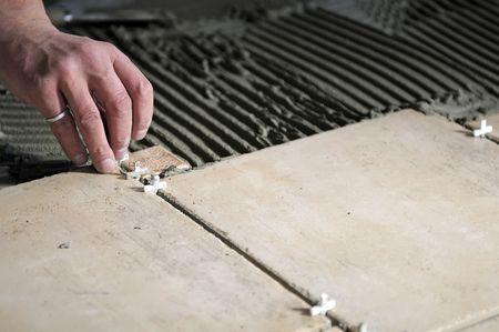 Dettagli di installazione sul pavimento di piastrelle.