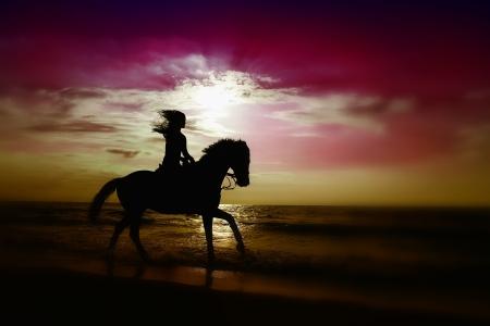 mujer en caballo: Una ni�a que montar un caballo en la playa de sol establece tiempo.