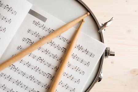 partition musique: Musique Score pilons et tambour tuner sur une caisse claire avec un fond en bois