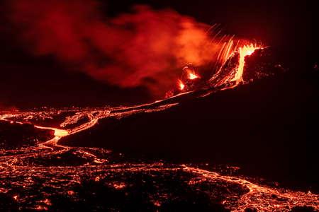 Fagradalsfjall volcanic eruption at night in Reykjanes peninsula around 40 kilometers from Reykjavik, Iceland Banque d'images