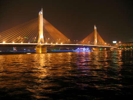 damp: Bridge over cinese fiume Pearl, Guangzhou, Cina