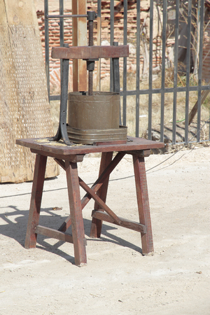 presure: old press to elaborate wine or oil on top of a wooden table