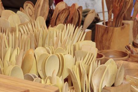 utensilios de cocina: vanguardia de varios utensilios tallados en madera de olivo Foto de archivo