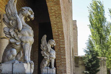vue latérale horizontale de deux gargouilles sculptées dans la pierre Banque d'images