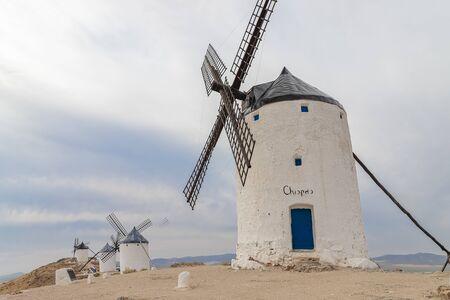Vista horizontal de antiguos molinos de viento en el cerro Calderico del municipio español de Consuegra. estos molinos de viento son un hito turístico en la provincia de toledo, españa Foto de archivo