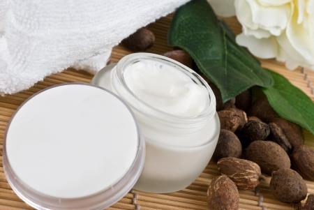 shea nuts with sheabutter cream