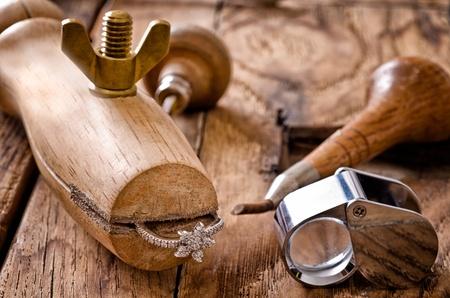 Stilleben von Goldschmiede-Werkzeuge mit Diamanten Ring Standard-Bild - 11952591