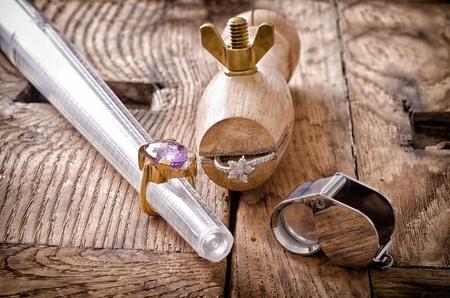 Zátiší nástrojů zlatnictví s kroužky