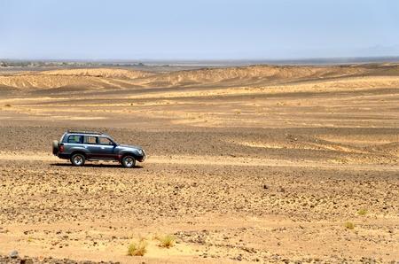 desierto del sahara: Un vehículo 4x4 en un camino del desierto Foto de archivo