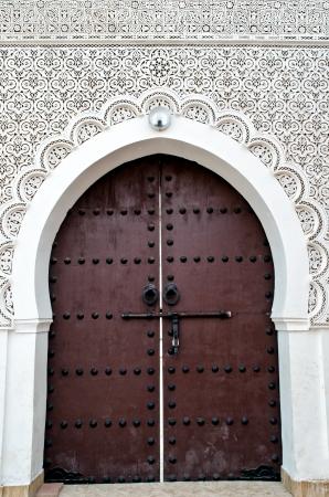 ornated: Porta di una moschea marocchina con decorazioni floreali e geometriche Archivio Fotografico