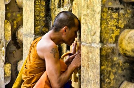 iluminados: BODGHAYA, INDIA - 9 agosto presas identificadas monje bajo el árbol cuerpo donde Buda alcanzó la iluminación, el 09 de agosto 2012 Hoy en día Bodghaya es un lugar de culto