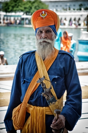 sikh: Amritsar, India-Agosto 10, 2008: unidentified armed Nihang in the Golden temple of Amritsar. Nihang are an armed Sikh order