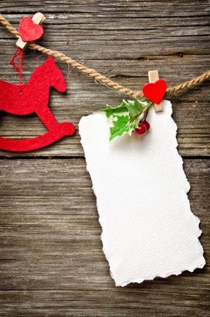 trompo de madera: Tarjeta de Navidad en la parte superior de madera con adornos de navidad