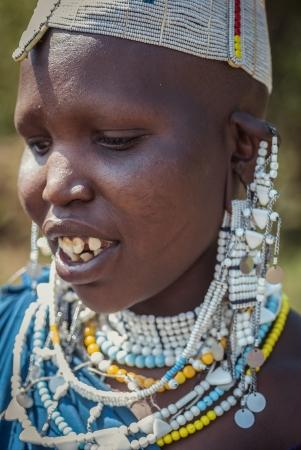 tribu: LAGO Empakai, TANZANIA-15 de agosto: Retrato de joven Masai mujer cerca del lago Empakai, Tanzania, el 15 ago, 2010. Masai (Masai) son un grupo étnico propio de personas seminómadas situado en Kenia y el norte de Tanzania