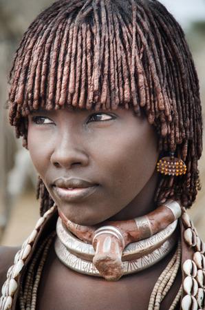 TURMI, Etiopía - 12 de agosto retrato de mujer no identificada tribu Hamer, valle del Omo, 12 de agosto 2014 Hamer mujer peine usualy sus pelos con tierra