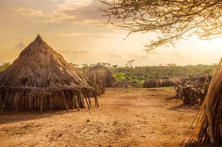 Afrika, Ethiopië, in hutten in Hamer dorp in de zonsondergang licht