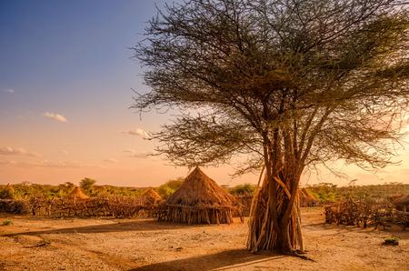 tribales: África, Etiopía, chozas de una aldea Hamer en la luz del atardecer Foto de archivo