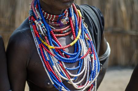 Kettingen van een Arbore stam vrouw, van Omo vallei, Ethiopië