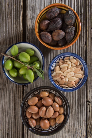 huile: Etapes de l'argan, de fruits frais � graines Banque d'images
