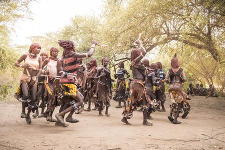 Feier: TURMI, ÄTHIOPIEN, 17AGOSTO 2015: nicht identifizierte Hamer Frauen während einer Stier springen Zeremonie tanzen. Bull Springen ist ainitiation Zeremonie für Hamer Jungen