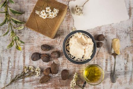noci di karité e di prodotto di karitè: burro, olio e sapone per la cura della pelle Archivio Fotografico