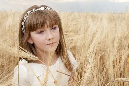 chica con vestido de primera comunión entre la cebada Stock Photo - 10082242