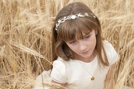 chica con vestido de primera comunión entre la cebada Stock Photo - 10082244