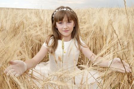 chica con vestido de primera comunión entre la cebada Stock Photo - 10082250