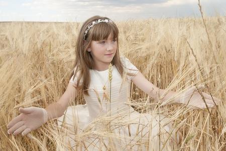 chica con vestido de primera comunión entre la cebada Stock Photo - 10082254