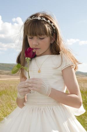La comunión vestido de niña en la pradera Foto de archivo - 10082235