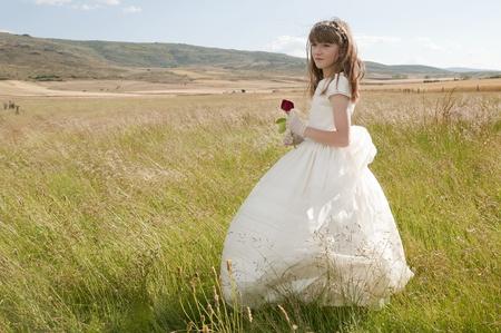 la comunión vestido de niña en la pradera Stock Photo - 10082274