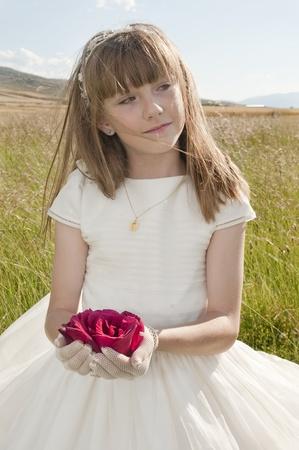 La comunión vestido de niña en la pradera Foto de archivo - 10082240