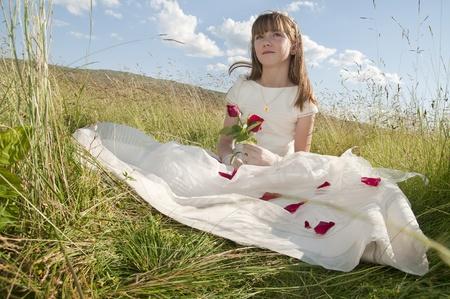 La comunión vestido de niña en la pradera Foto de archivo - 10082272