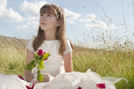 La comunión vestido de niña en la pradera Foto de archivo - 10082243